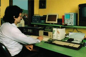 Firmengründer Helmut Singer bei der Arbeit (Bild aus den 1970er Jahren)