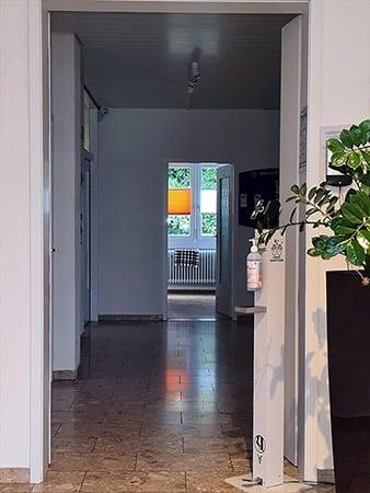Der iseTOWER mit kontaktloser Fiebermessung und Handdesinfektion steht in einem Eingangsbereich